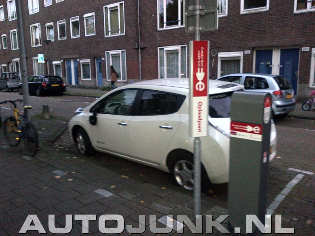 Vandalisme Aan Elektrische Auto Nissan Leaf In Amsterdam Foto S