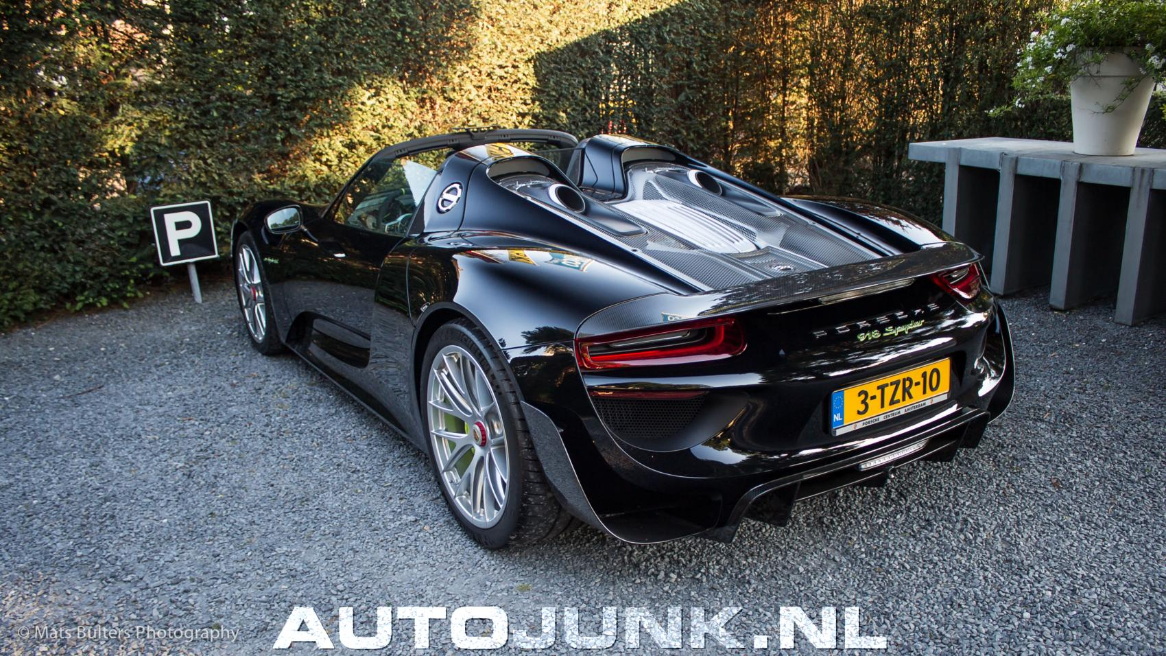 porsche 918 spyder accident porsche 918 spyder crashes into a tree in china tree escapes. Black Bedroom Furniture Sets. Home Design Ideas