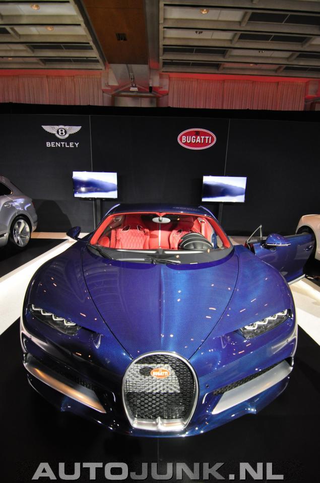 Bugatti chiron blue carbon rood interieur foto 39 s for Interieur bugatti chiron
