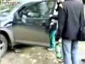Video: Vriendin rijdt in op auto van vriend