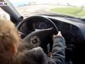 Video: Meisje van 3 rijdt met een Mitsubishi Lancer EVO VI