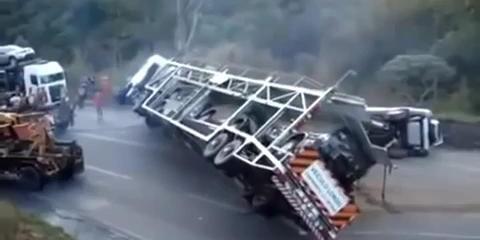 Even Een Omgeslagen Autotransporter Vlot Trekken Video